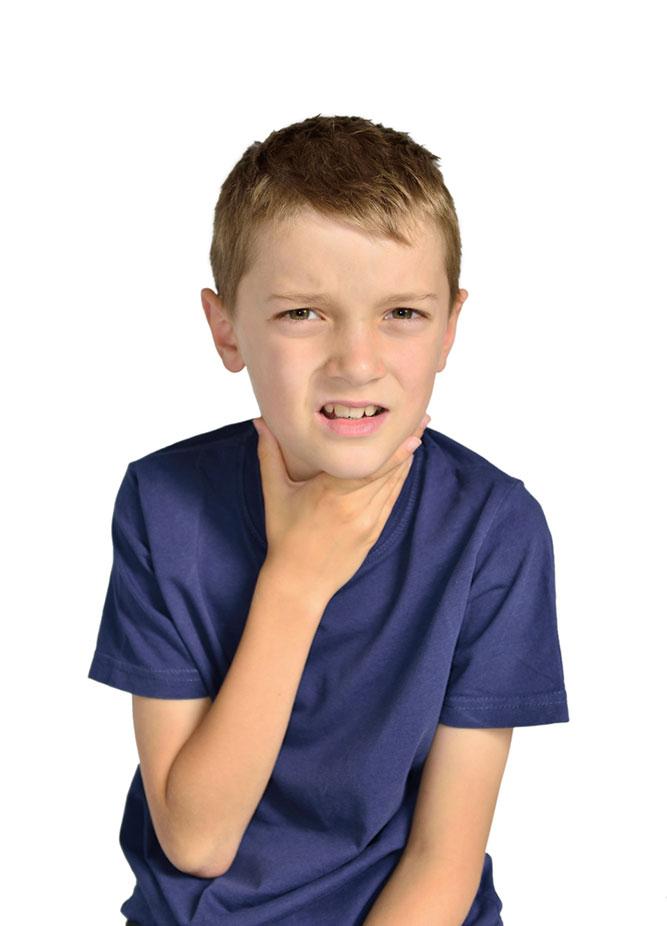 photo-enfant-garcon-mal-gorge_acces-infirmieres